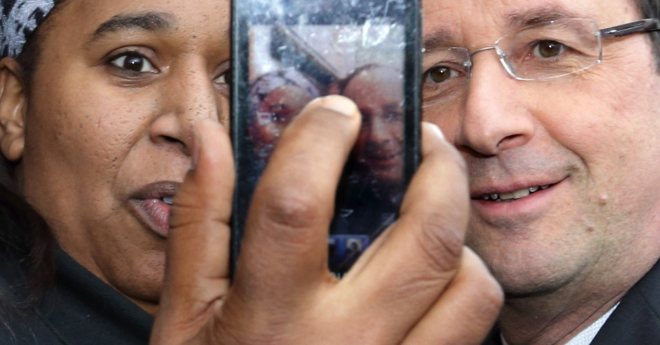 11.mar.2013 - O presidente da França, François Hollande, tira foto com simpatizante no bairro de Les Grésilles, em Dijon, França, durante sua estadia de dois dias na região