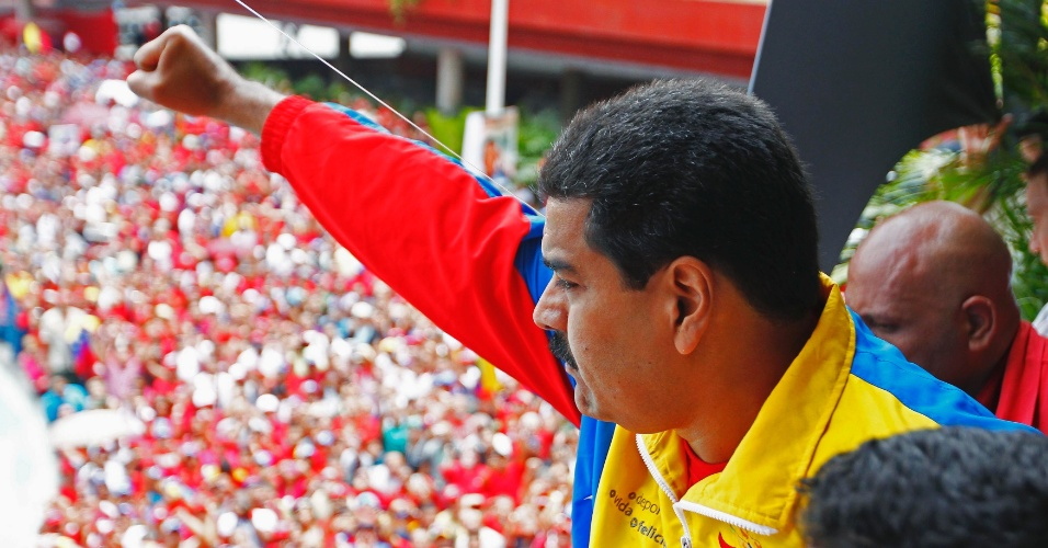 11.mar.2013 - O presidente interino da Venezuela, Nicolas Maduro, acena para partidários depois de registrar candidatura para as eleições presidenciais de 14 de abril