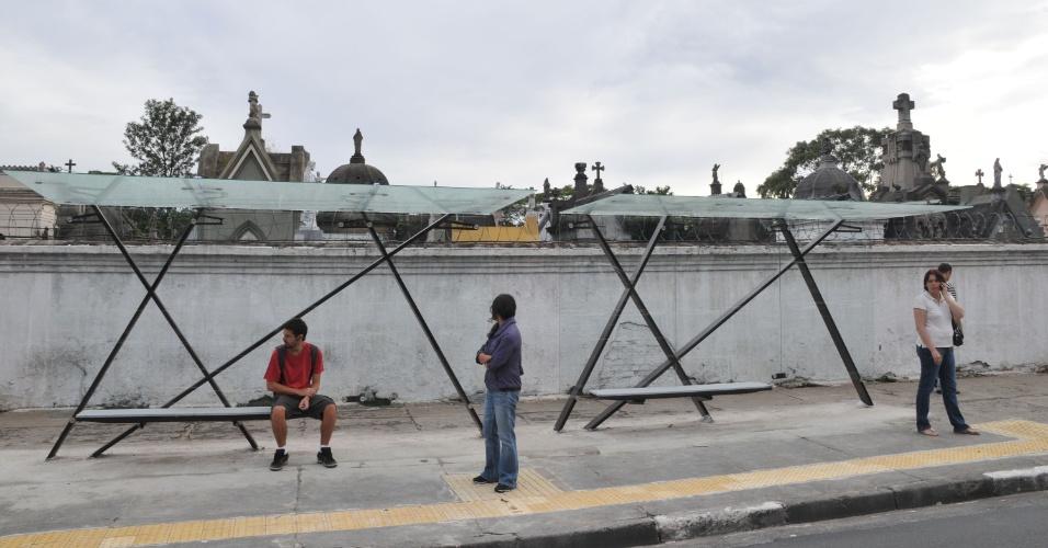 11.mar.2013 - Passageiros utilizam novo abrigo de ônibus na calçada do Cemitério do Araçá, na avenida Doutor Arnaldo, zona oeste de São Paulo, na manhã desta segunda-feira (11)