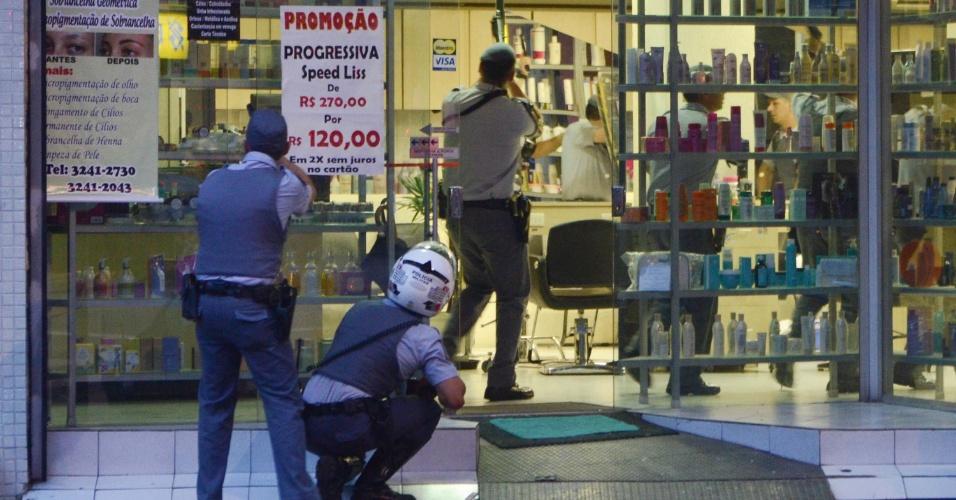 11.mar.2013 - Policiais se preparam para entrar em salão de beleza assaltado por homens armados na tarde desta segunda-feira (11), na avenida Brigadeiro Luiz Antonio, centro de São Paulo (SP). Segundo a proprietária do salão, três bandidos armados entraram na loja, renderam os funcionários e roubaram apenas perucas. Quando a polícia chegou, os criminosos já haviam fugido