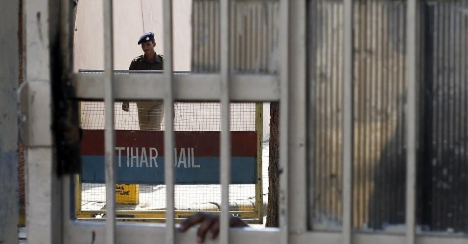 11.mar.2013 - Policial vigia prisão de Tihar, em Nova Déli, capital da Índia, onde um detento supostamente cometeu suicídio