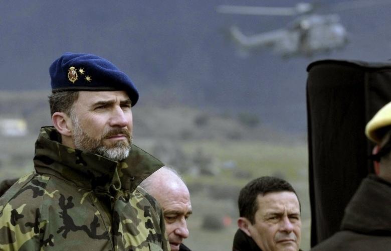 11.mar.2013 - Príncipe Felipe (esquerda), da Espanha, assiste à maior simulação de catástrofe nacional já feita no país, com mais de 2.500 soldados, em Segovia