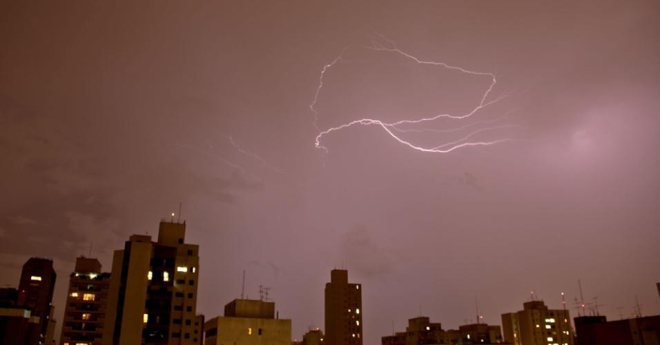 11.mar.2013 - Relâmpagos iluminam céu no bairro da Vila Mariana, na zona sul de São Paulo