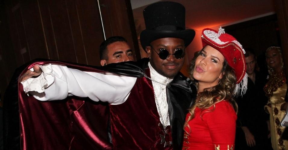 11.mar.2013 - Thiaguinho chega fantasiado ao lado da namorada, a atriz Fernanda Souza, para comemorar seu aniversário de 30 anos, celebrado em buffet na Zona Oeste de São Paulo
