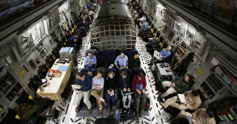 11.mar.2013 - Trailer aéreo (centro) onde viaja o secretário de Defesa dos EUA, Chuck Hagel, dentro da aeronave Air Force C-17 que transporta o secretário e sua equipe de Cabul, capital do Afeganistão, à base aérea de Ramstein, na Alemanha
