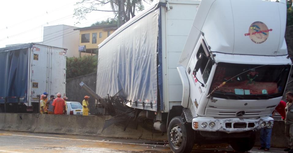 11.mar.2013 - Um caminhão bateu na mureta do canteiro central no km 23 da rodovia Raposo Tavares, próximo à cidade de Cotia (SP). Após o acidente, pedaços de concreto ficaram espalhados na pista e o trânsito foi bloqueado entre as 15h e as 18h. A concessionária que administra a via chegou a registrar 14 km de lentidão