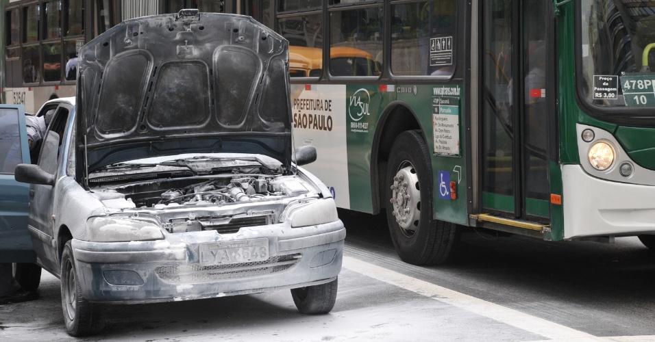 11.mar.2013 - Um carro pegou fogo na tarde desta segunda-feira (11) na avenida Paulista, centro de São Paulo (SP). O veículo trafegava no sentido Paraíso, próximo do parque Trianon. A Polícia Militar e o proprietário do carro apagaram o incêndio. Ninguém se feriu, segundo a polícia
