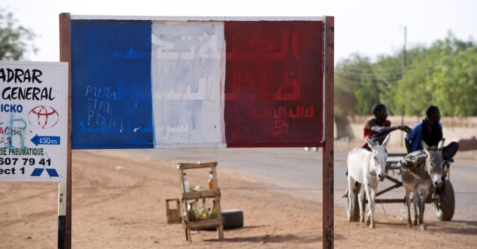 11.mar.2013 - Uma placa com inscrições em árabe foi pintada com as cores da bandeira francesa, na cidade de Gao, no Mali. A maioria das placas escritas pelos rebeldes islâmicos que dominaram a cidade por nove meses -até a intervenção militar francesa- foram retiradas ou pintadas com as cores do país europeu