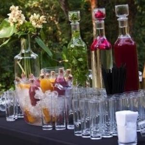 Além de refrescar, a água aromatizada ainda dá um toque especial à decoração da festa