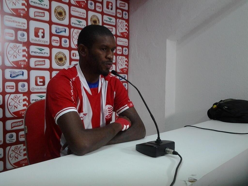 Alcides concede primeira entrevista coletiva como jogador do Náutico