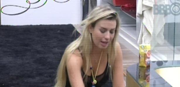 Fernanda fica especulando a formação do sétimo paredão e André fica nervosa em ver a sister triste