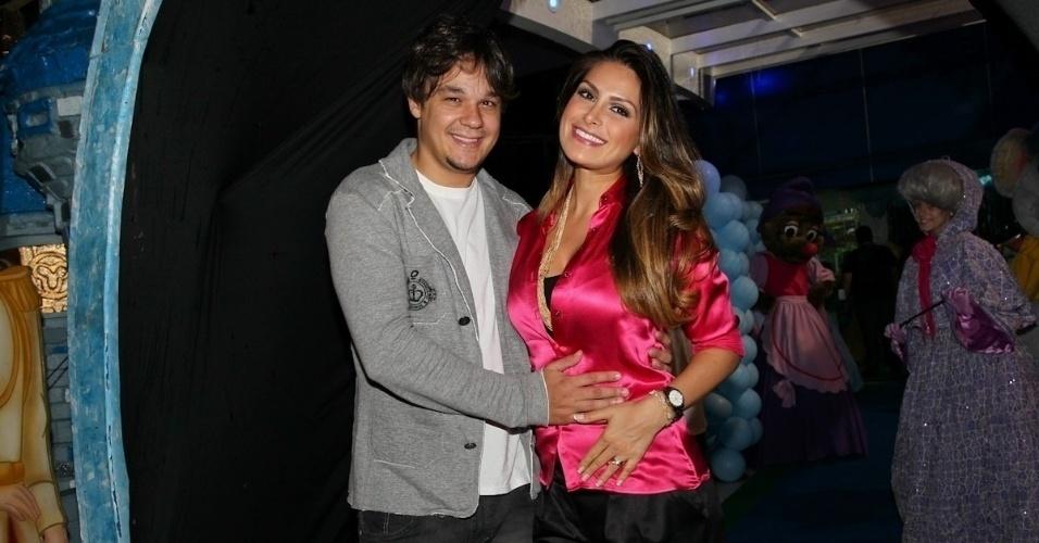 Grávida de gêmeos, a ex-Miss Brasil Natália Guimarães planeja se casar com o cantor Leandro, do KLB, assim que os bebês nascerem