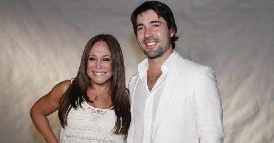 Juntos há quatro anos, Susana Vieira e Sandro Pedroso planejam se casar ainda em 2013. A atriz é 41 anos mais velha que o noivo