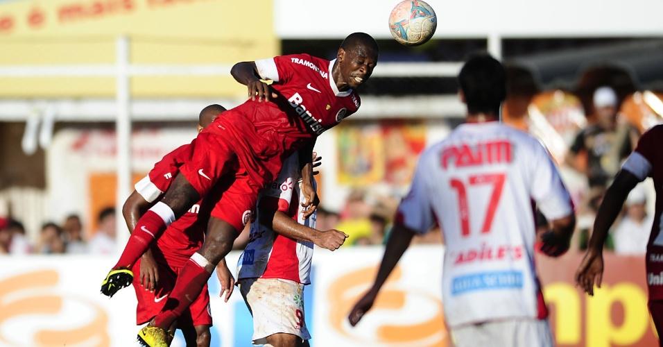Zagueiro Juan sobe e desvia de cabeça durante jogo São Luiz-RS x Inter (10/03/2013)