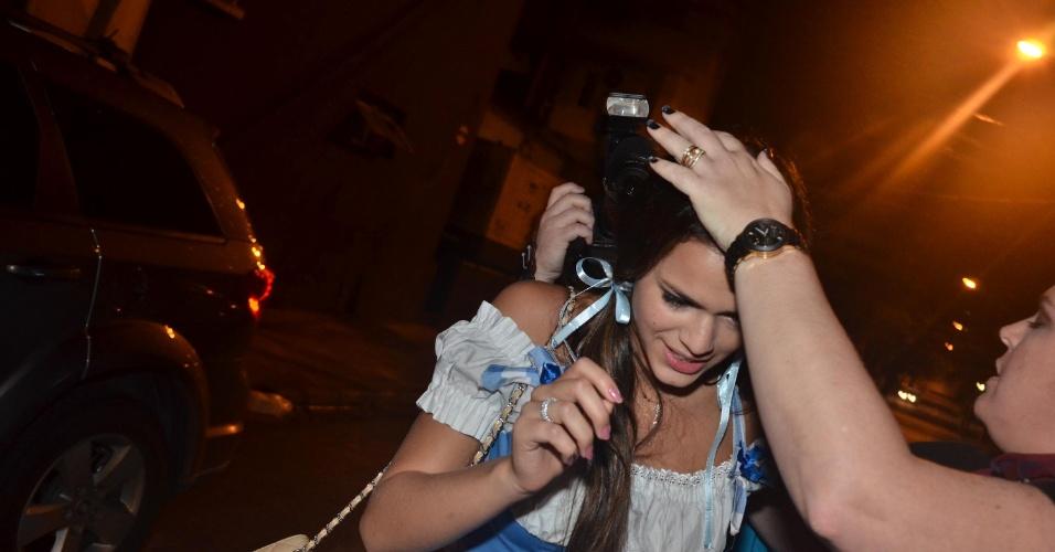 11.mar.2013 - A atriz Bruna Marquezina enfrenta fotógrafos na saída do local, após comemorar o aniversário de 30 anos do cantor Thiaguinho, na Vila Olímpia, Zona Oeste de São Paulo