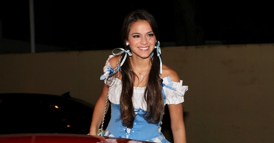11.mar.2013 - A atriz Bruna Marquezine chega fantasiada na festa que comemora os 30 anos do cantor Thiaguinho, em São Paulo
