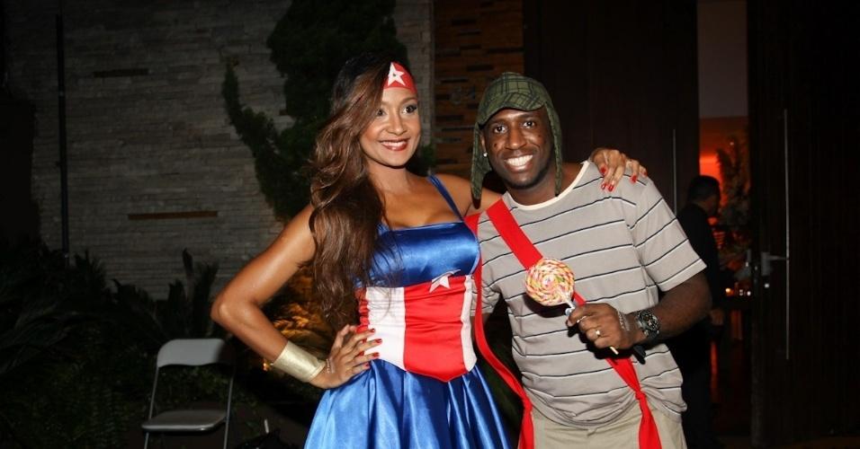 11.mar.2013 - André Marinho, do grupo Cupim na Mesa, posa com a namorada, na entrada da festa
