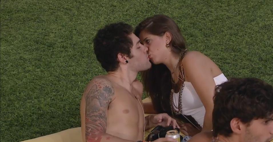 11.mar.2013 - Andressa e Nasser trocam beijos depois da apresentação de um musical