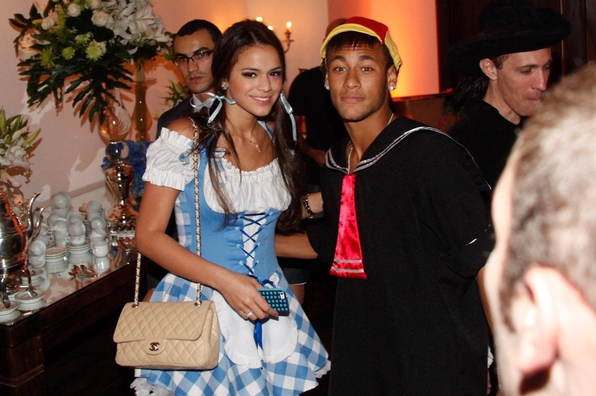 11.mar.2013 - Bruna Marquezine e Neymar vão a festa a fantasia que comemora os 30 anos do cantor Thiaguinho, em São Paulo
