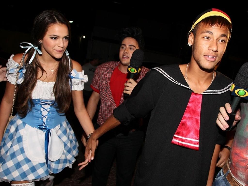 11.mar.2013 - De mãos dadas, Bruna Marquezine e Neymar chegam a festa a fantasia que comemora os 30 anos do cantor Thiaguinho, em São Paulo