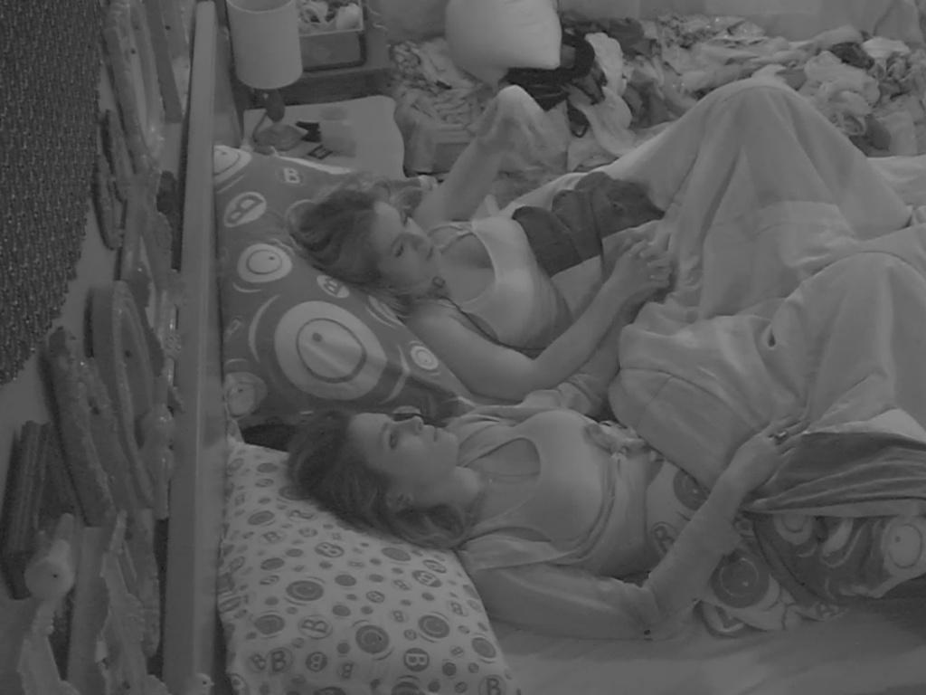 11.mar.2013 - De maõs dadas, Fani dá conselhos para Kamilla ficar mais calma