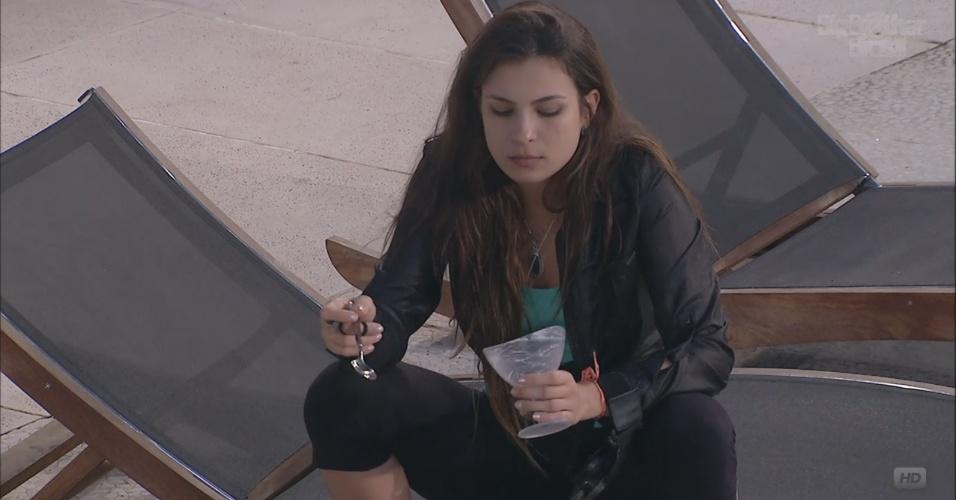 11.mar.2013 - Emparedada e sem conseguir dormir, Kamilla come uma mistura de iogurte com cereal durante a madrugada