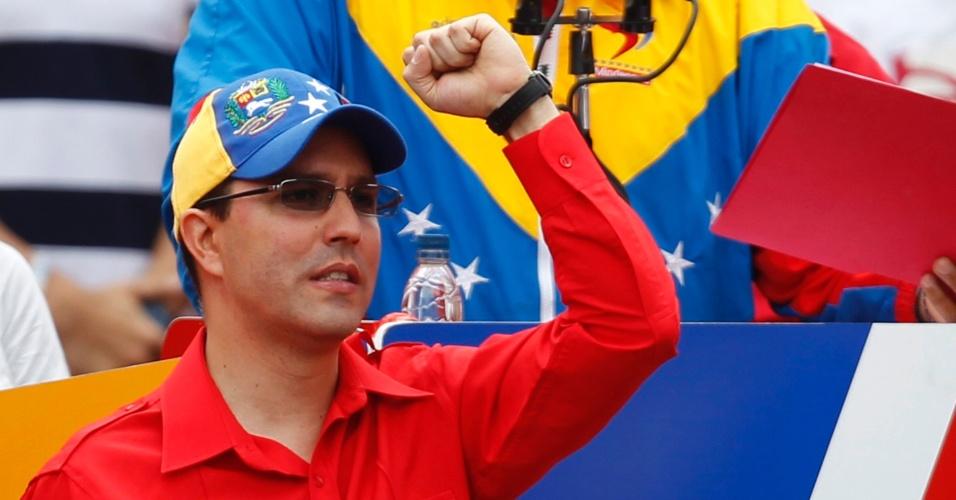 11.mar.2013 - Jorge Arreaza acompanha o discurso de Nicolás Maduro após oficializar candidatura à presidência
