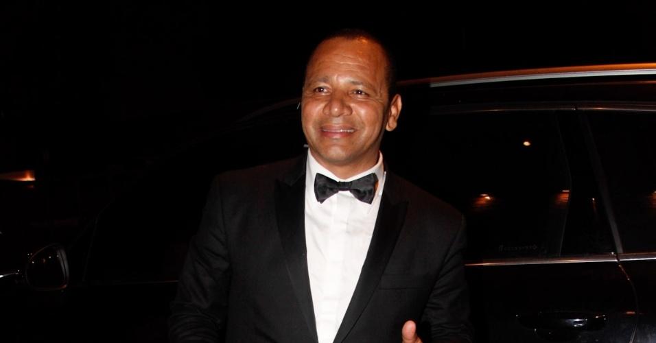 11.mar.2013 - Neymar da Silva, pai do jogador do Santos, chega em buffet na Vila Olímpia para comemorar o aniversário de 30 anos do cantor Thiaguinho