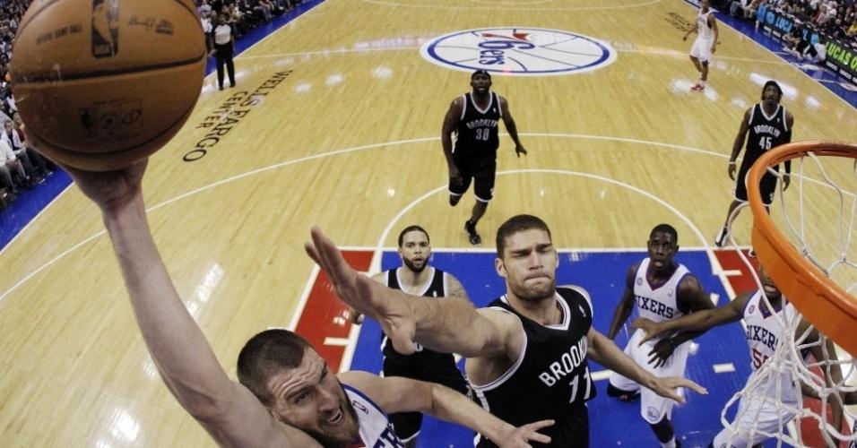 11.mar.2013 - Spencer Hawes sobre para potente enterrada durante a vitória de seu Philadelphia 76ers sobre o Brooklyn Nets