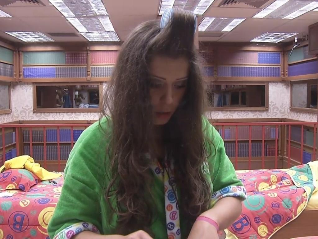 12.mar.2013 - Andressa começa a se arrumar para dia de eliminação. Ela foi emparedada com Kamilla e Nasser