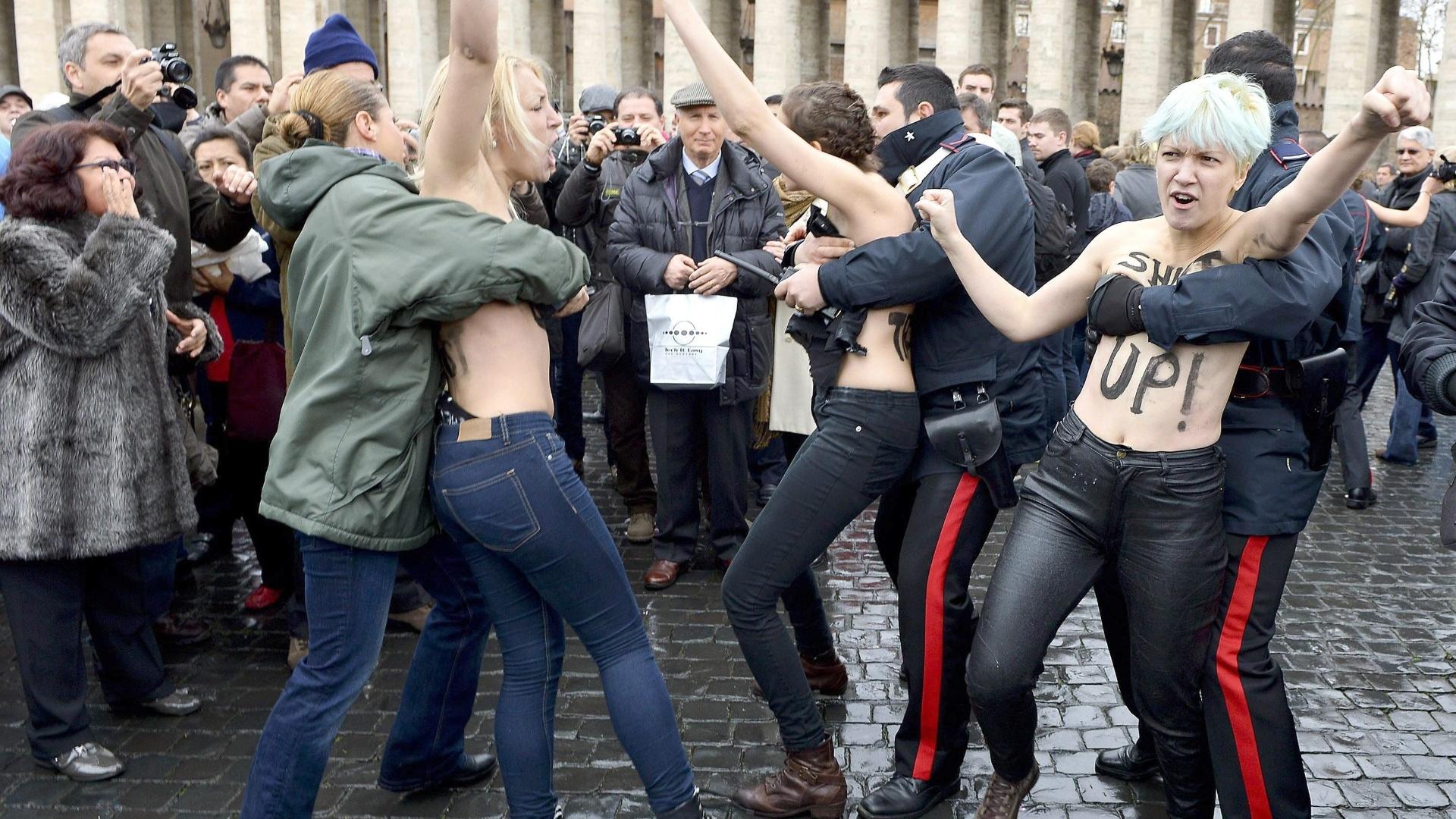 12.mar.2013 - Ativistas do coletivo feminista Femen são detidas por policiais italianos ao protestarem contra o conclave próximo da praça São Pedro, no Vaticano. Mais de cem cardeais estão reunidos na capela Sistina para a escolha do novo papa