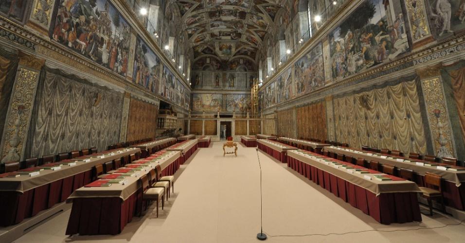 12.mar.2013 - Capela Sistina pronta para receber os cardeais que darão início ao conclave que vai eleger o novo papa no Vaticano