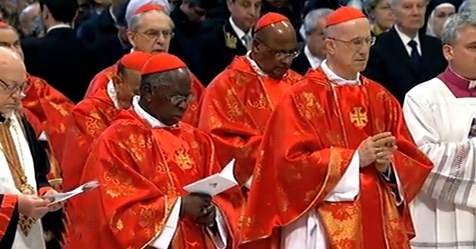 12.mar.2013 - Cardeais participam da missa que marca o começo do conclave para escolha do próximo papa, na basílica de São Pedro, no Vaticano