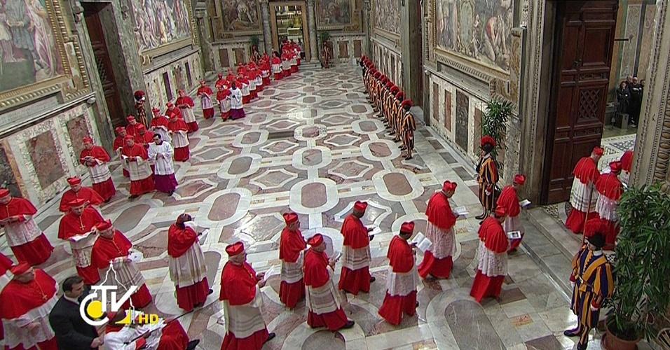 12.mar.2013 - Cardeais entram na Capela Sistina, no Vaticano, para o começo do conclave que escolherá o novo papa para suceder Bento 16, que renunciou ao cargo em 28 de fevereiro