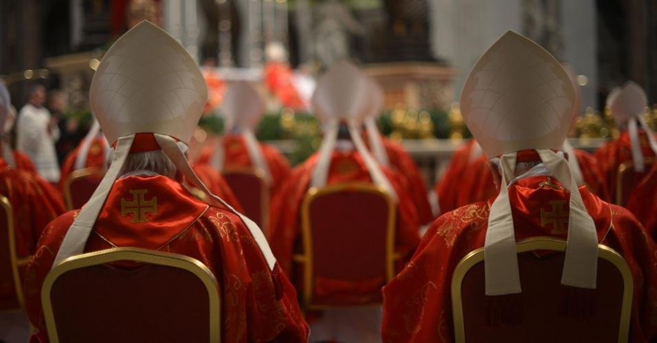 12.mar.2013 - Cardeais lotam a basílica de São Pedro, no Vaticano, durante a missa
