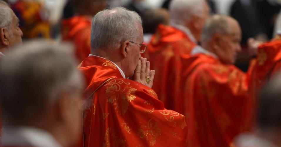 12.mar.2013 - Cardeais rezam durante a missa