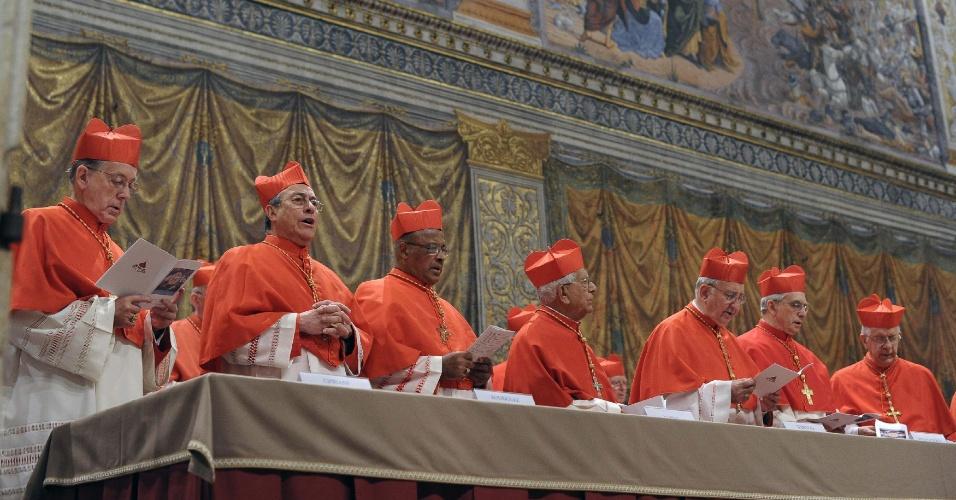 12.mar.2013 - Cardeais se posicionam dentro da capela Sistina, no Vaticano, para o início do conclave para escolher o novo papa. Com portões fechados, 115 cardeais votarão um nome para suceder o papa emérito Bento 16, que renunciou ao cargo em 28 de fevereiro de 2013
