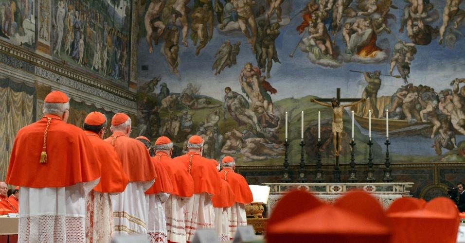 12.mar.2013 - Cardeais se posicionam dentro da capela Sistina, no Vaticano, para o início do conclave que escolherá o novo papa. A capela é famosa por abrigar afrescos da pintura