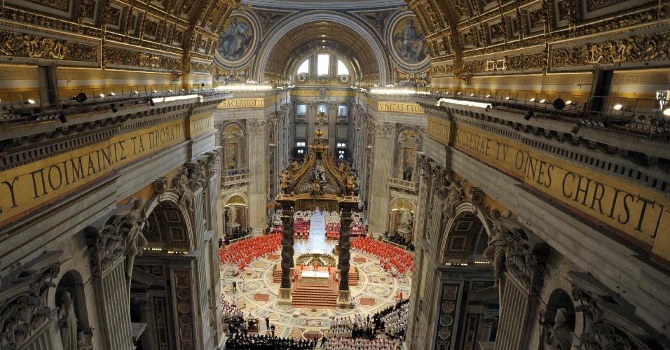 12.mar.2013 - Cardeais se sentam durante missa na basílica de São Pedro, na manhã desta terça-feira, antes de começo do conclave que escolherá o novo papa, no Vaticano. A missa foi aberta ao público