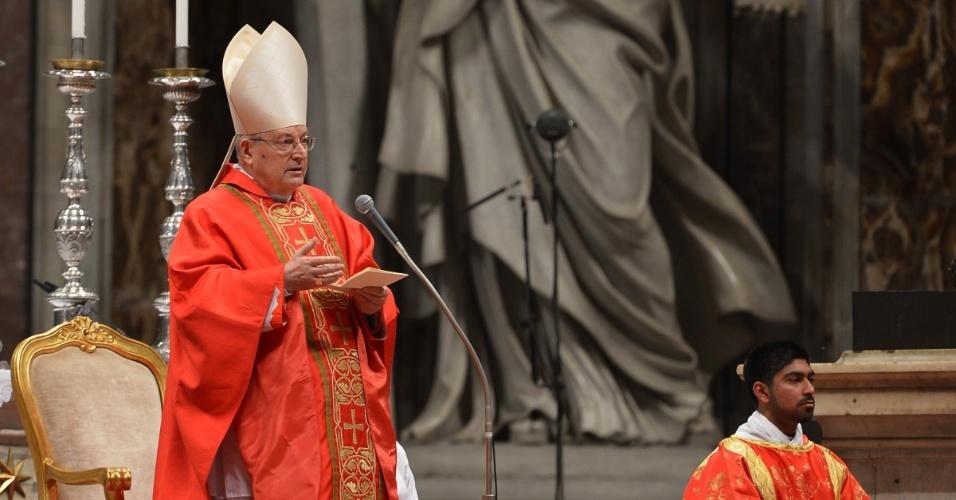 12.mar.2013 - Cardeal decano Angelo Sodano celebra a missa que antecede o início do conclave que vai eleger o próximo papa