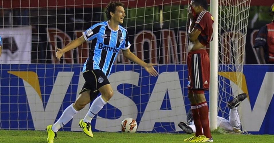 12.mar.2013 - Elano comemora após abrir o placar para o Grêmio no duelo contra o Caracas, na Venezuela, pela Libertadores da América