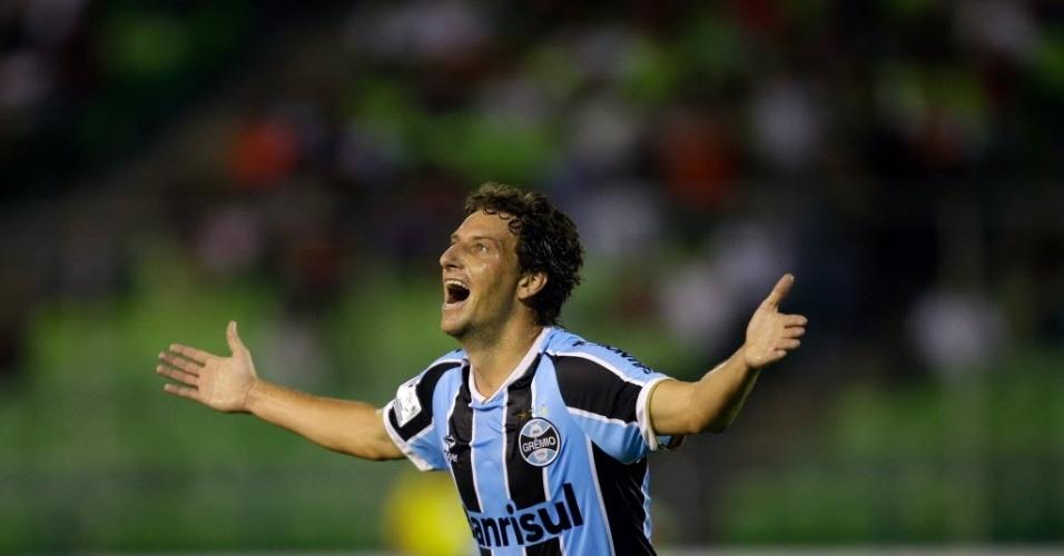 12.mar.2013 - Elano corre e comemora gol do Grêmio no confronto na Venezuela contra o Caracas, pela Libertadores