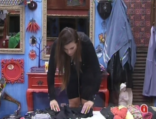 12.mar.2013 - Em dia de eliminação, Kamilla arruma as malas