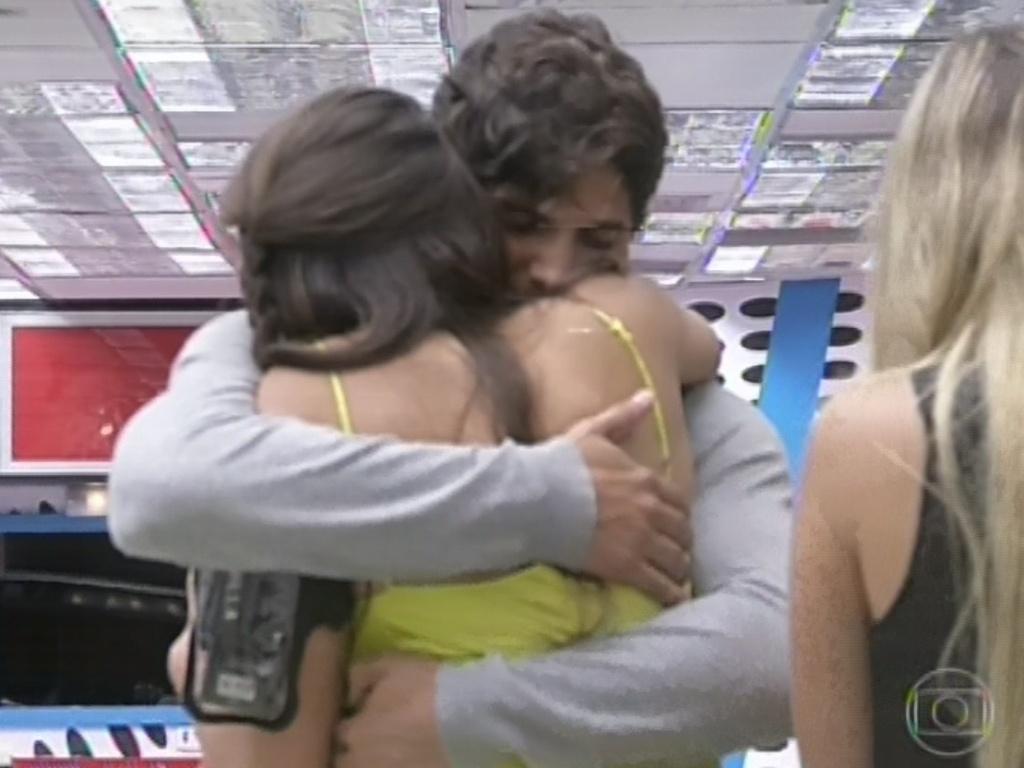 12.mar.2013 - Kamilla dá abraço em André após ser eliminada do