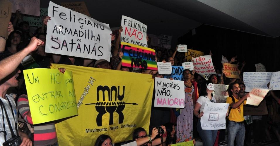 12.mar.2013 - Manifestantes protestam na escadaria do Congresso, em Brasília, contra o pastor e deputado Marco Feliciano (PSC-SP), eleito presidente da Comissão de Direitos Humanos da Câmara e acusado de manifestações racistas e homofóbicas