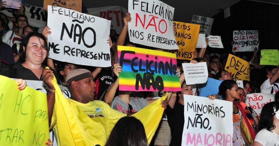 12.mar.2013 - Manifestantes protestam nas dependências da Câmara dos Deputados, em Brasília, contra o pastor e deputado Marco Feliciano (PSC-SP), eleito presidente da Comissão de Direitos Humanos da Casa e acusado de manifestações racistas e homofóbicas