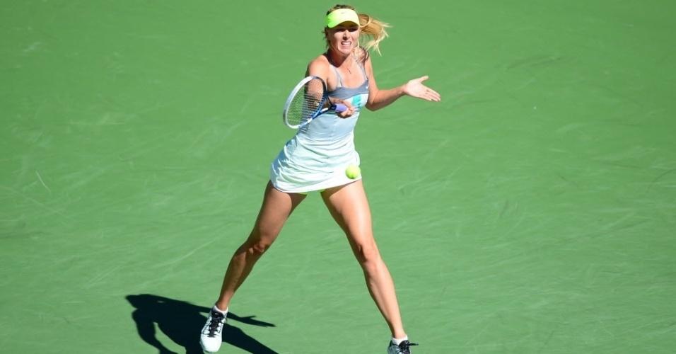 12.mar.2013 - Maria Sharapova rebate a bolinha durante o confronto contra a espanhola Lara Arruabarrena-Vecino