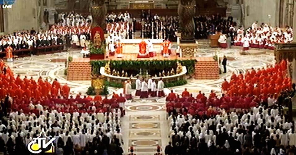 12.mar.2013 - Missa que marca o início do conclave para escolha do novo Papa é celebrada na Basílica de São Pedro, no Vaticano