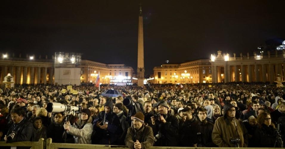 12.mar.2013 - Multidão lota Praça de São Pedro, no Vaticano, no primeiro dia do conclave. A chaminé da Capela Sistina soltou fumaça preta no fim desta terça-feira, sinal de que os cardeais enclausurados não chegaram a um consenso sobre o novo papa