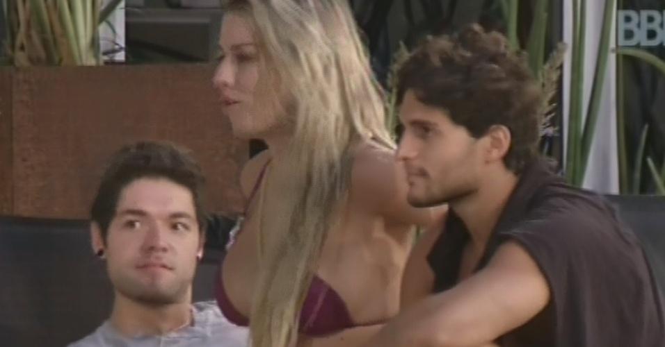 12.mar.2013 - Nasser, Fernanda e André relembram momentos do início do